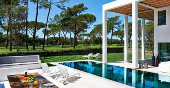 在葡萄牙湖畔豪宅享受秋風日光浴