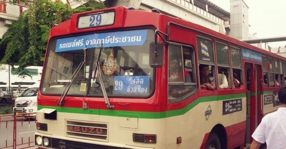 【泰國文化觀察】一輛老舊公交車,竟是改變泰國的坦克?