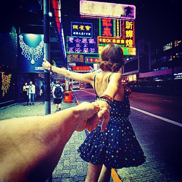 Photographer Captures Girlfriend Leading Him Around the World 3lQJyx4