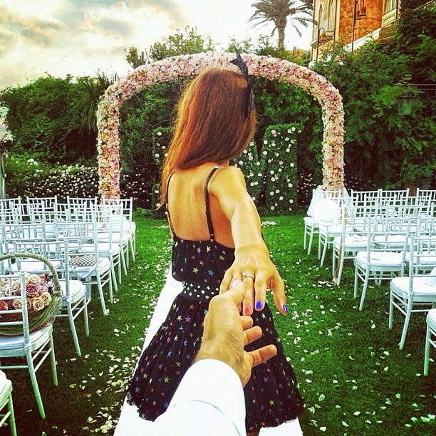 Photographer Captures Girlfriend Leading Him Around the World 8OlE8ku