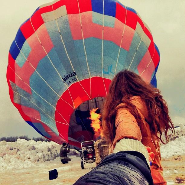 Photographer Captures Girlfriend Leading Him Around the World Kkx8XWR