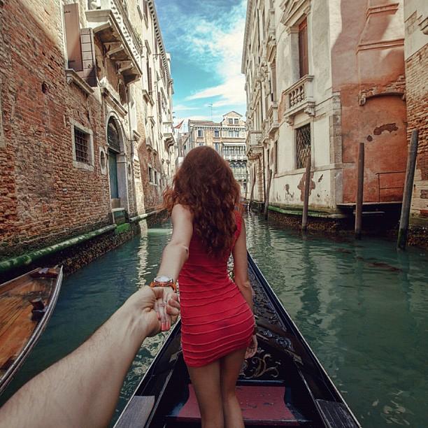 Photographer Captures Girlfriend Leading Him Around the World SZKfr7J