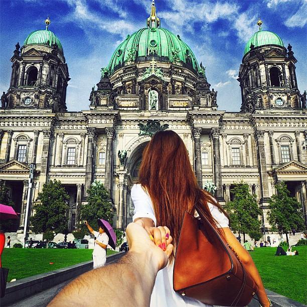 Photographer Captures Girlfriend Leading Him Around the World cKROELF