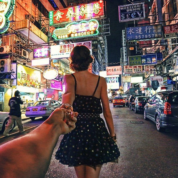 Photographer Captures Girlfriend Leading Him Around the World eiNy5vT