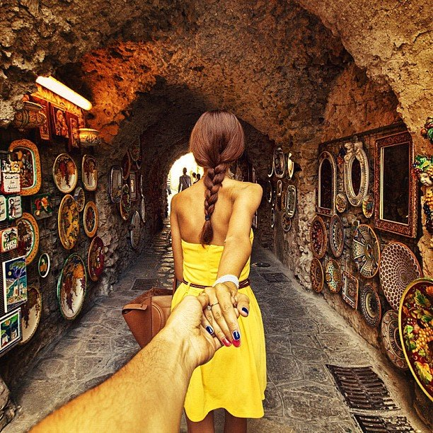 Photographer Captures Girlfriend Leading Him Around the World oYi6JCu