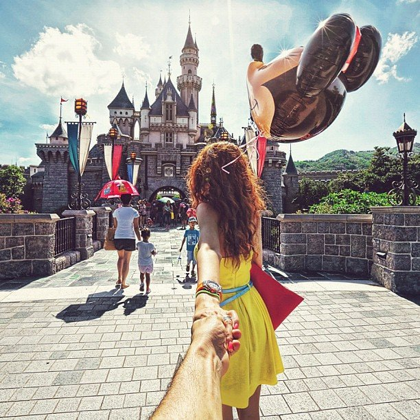 Photographer Captures Girlfriend Leading Him Around the World pI4Yjjs