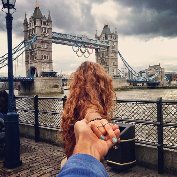 Photographer Captures Girlfriend Leading Him Around the World zou6mJa