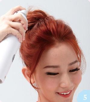 使用具有維持定型效果的造型噴霧,均勻噴於頭髮加以固定。