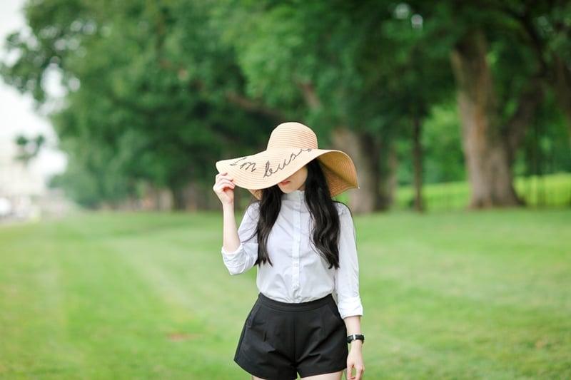 floppy-straw-hat-im-busy