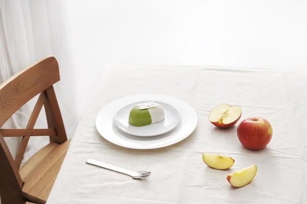 一張含有 桌, 室內, 盤, 牆 的圖片自動產生的描述