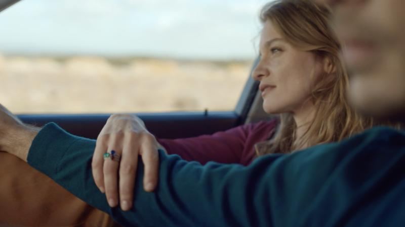 一對戀人戴著卡地亞的戒指,一起開車前往旅行