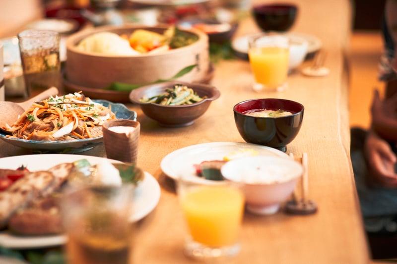 家庭聚餐,餐桌上佈滿了菜餚