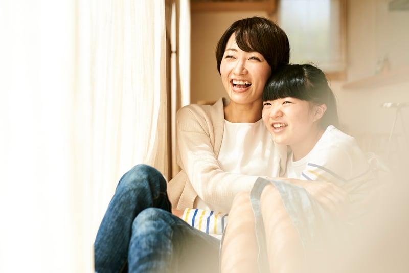 母親與孩子坐在一起笑。