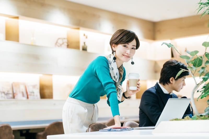 職場女性在上班,看起來很有自信。