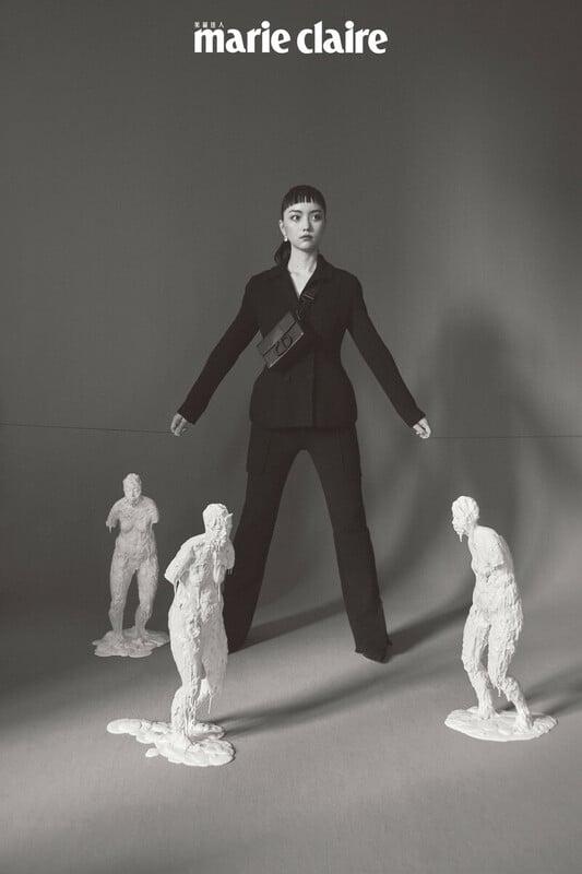 黑色針織外套、針織長褲、麂皮拼接格網短靴、霧黑30 Montaigne 系列包款,all by Dior。《遠方》矽膠、樹脂66×25×24/66×21×25/66×26×23cm 2020 by游雯青