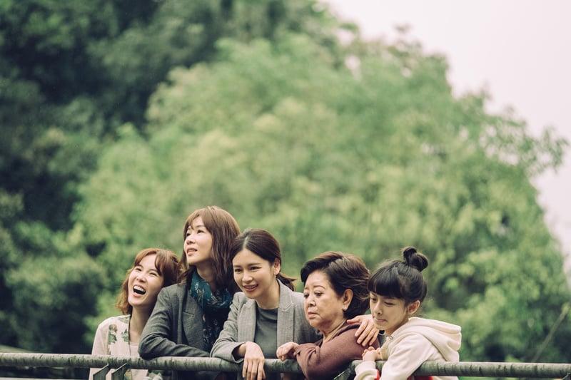 電影《孤味》劇照 (左起)孫可芳、謝盈萱、徐若瑄、陳淑芳、陳妍霏在新片《孤味》中飾演一家人