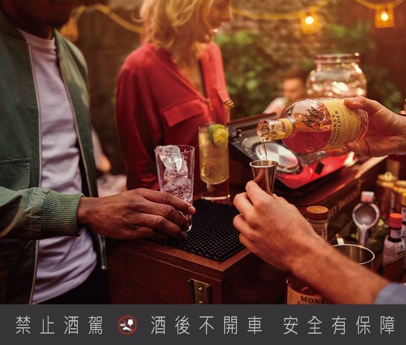 一群人陪伴的取暖型喝法,三隻猴子三重麥芽威士忌。