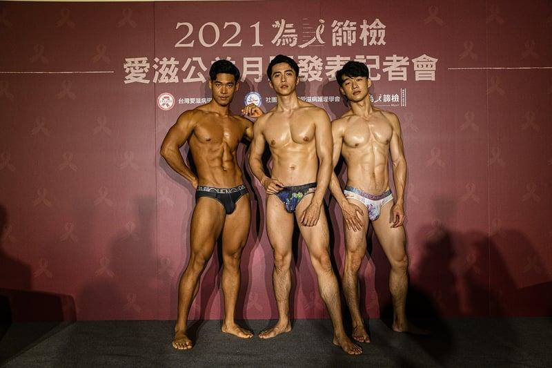 台灣愛滋病學會與台灣愛滋病護理學會,再次與全台 11 間愛滋議題非政府組織合作,集結 12 位精壯鮮肉猛男,推出「2021 為i篩檢愛滋公益月曆」