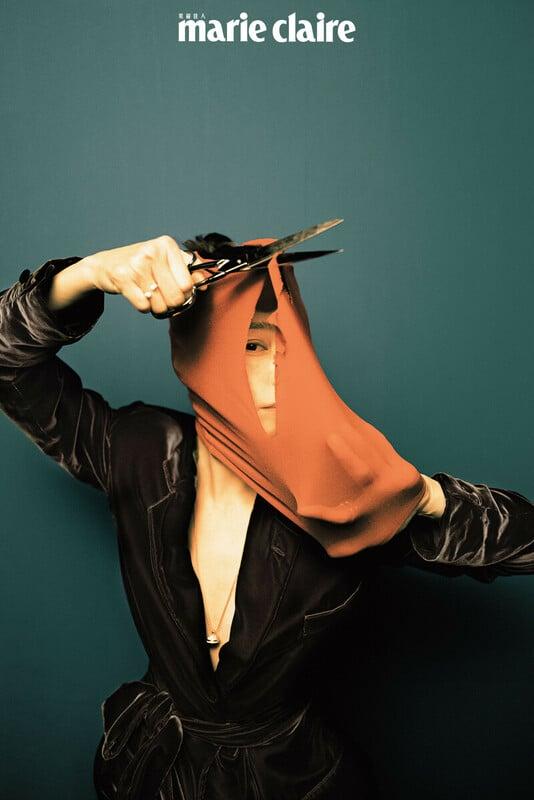 絲絨綁帶外套、絲絨長褲,both by Ralph Lauren。;Possession系列18K玫瑰金白玉髓鑽石戒指、 Possession系列18K玫瑰金紅玉髓鑽石項鍊,both by Piaget。