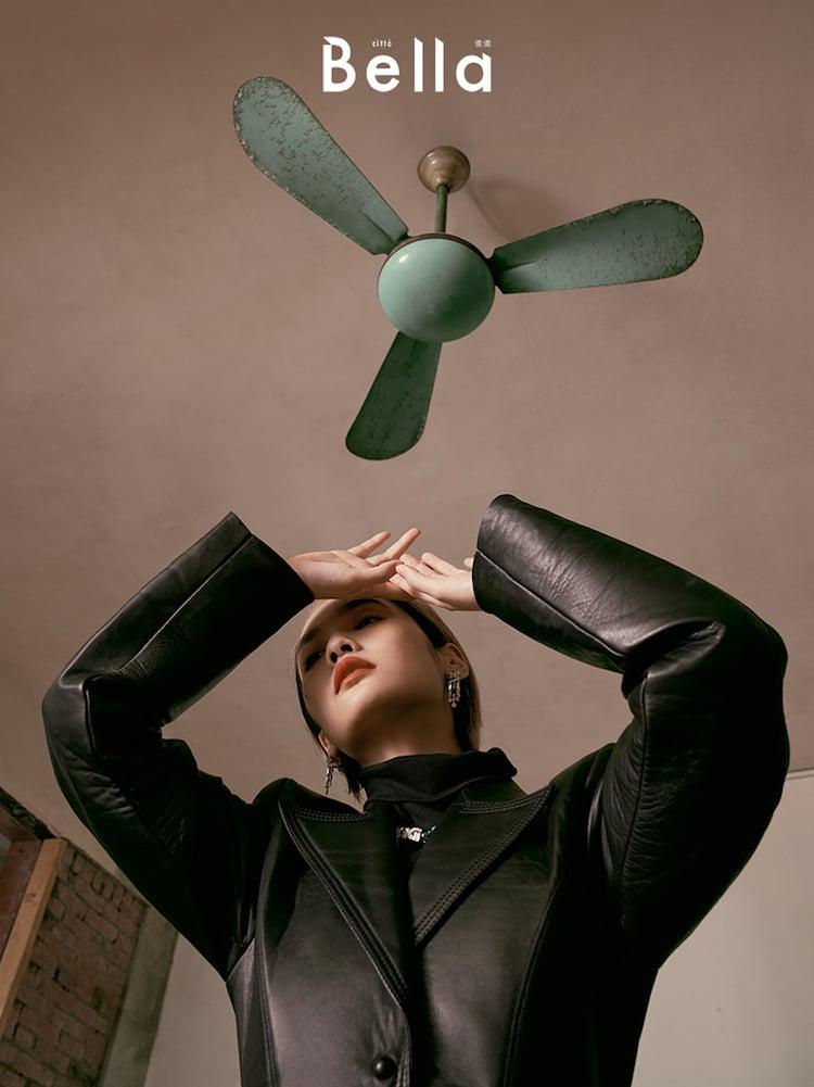 (楊丞琳)皮革大衣、高跟鞋、黑色腰帶,Fendi;鑲嵌鑽石及彩色寶石項鍊、鑲嵌鑽石及祖母綠耳環,both by Cartier。