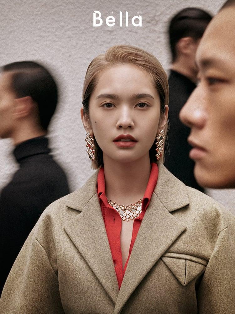 橘紅色針織上衣、駝色西裝外套,Bottega Veneta;鑲嵌鑽石及彩色寶石項鍊、耳環,both by Cartier。