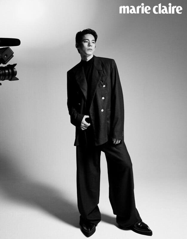 雙排扣西裝外套、西裝長褲,both by Bottega Veneta;尖頭樂福鞋,Berluti;中高領上衣,Stylist's Own