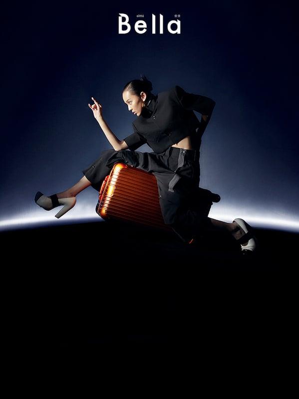 黑色短版西裝外套、黑色工作長褲、粗跟厚底高恩鞋,Louis Vuitton;Original Mars Trunk Plus,RIMOWA。