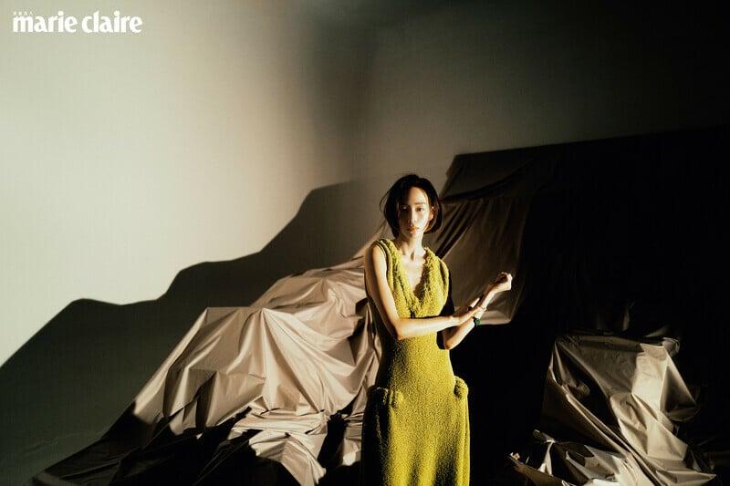 黃色針織長洋裝、項鍊、手鐲,all by Bottega Veneta。