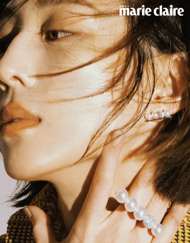 彩色格紋針織上衣,Salvatore Ferragamo。;Balance Neo Diamonds Pave 阿古屋珍珠與總重約0.69克拉的鑽石鑲嵌白K金戒指、Balance Diamonds Solo 鑽石珍珠耳環,both by TASAKI。