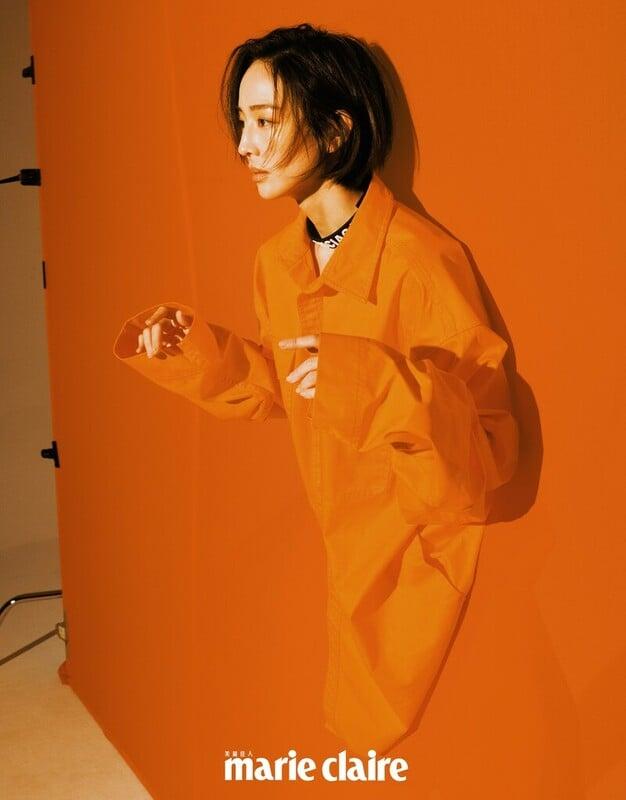 橘色襯衫、短褲、橡膠字母頸鍊,all by Balenciaga。