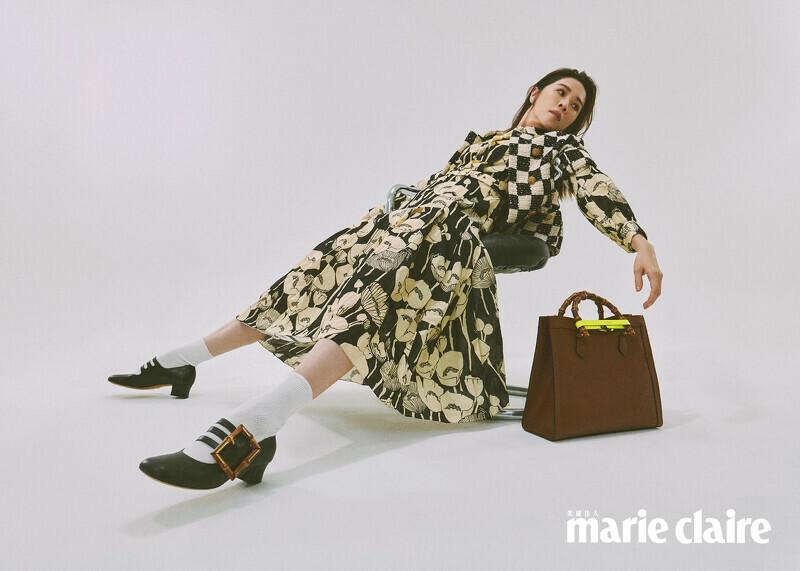 黑白方格短袖外套、罌粟印花長洋裝、白色棉質短襪、竹製扣環瑪莉珍低跟皮鞋、Diana 皮革綁帶中型托特包,all by Gucci;珍珠項鍊,Stylist's Own。