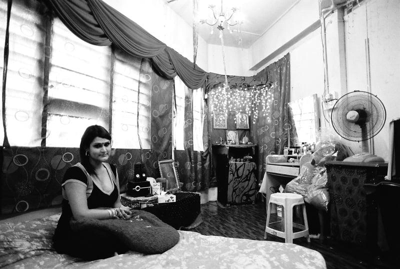 我們在S自己租的房間裡簡單地聊天,房間角落擺著梳妝台及恭奉印度教裡的變性神Bahuchara Mata。