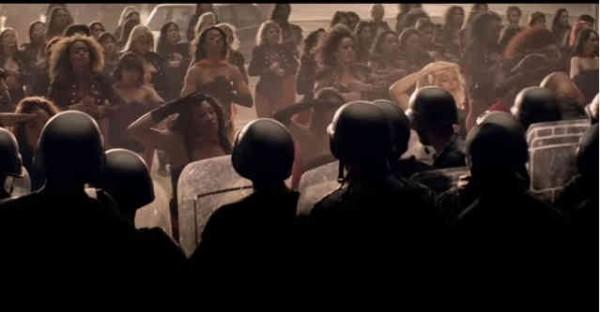 Beyonce與她的女子軍團在MV最後,向著武裝的男性軍隊敬禮的一幕 擷取至Youtube
