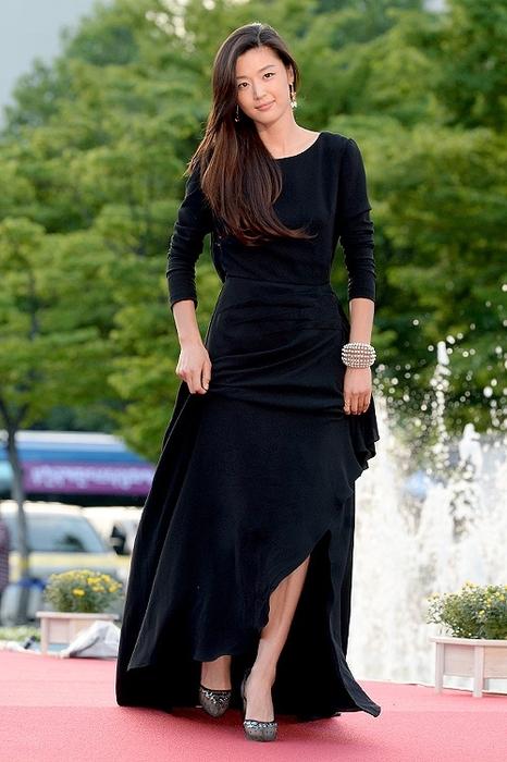 女神全智賢有著一頭女生都羨慕的亮麗柔順長髮。