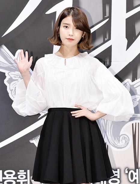 在新劇《美男子》和張根碩為男女主角的國民妹妹IU,低層次的俏麗造型掀起短髮風潮。
