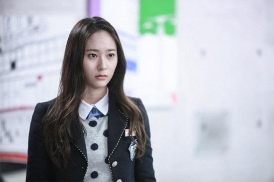《繼承者們》f(X)Krystal清純的學生造型,中分微捲的髮型襯托出好氣質。