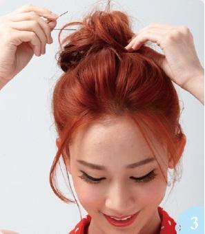 以馬尾為中心,將髮束往外反摺並用小黑夾固定,成為一個有空氣感的髮髻。