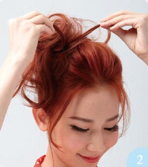 為增加蓬鬆感,使用撕髮技巧由髮尾往髮根輕輕撕開。