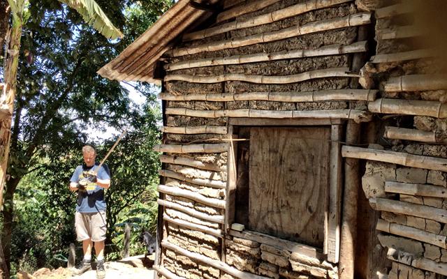 薩爾瓦多當地以泥土和竹子建成的民宅