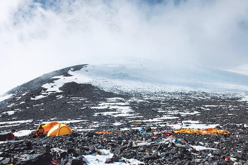 珠峰7900 公尺的C4 營地—南坳,遍地是登山者遺留物