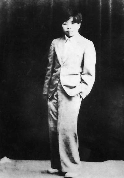 蕭紅十九歲拍下的穿男裝照片。