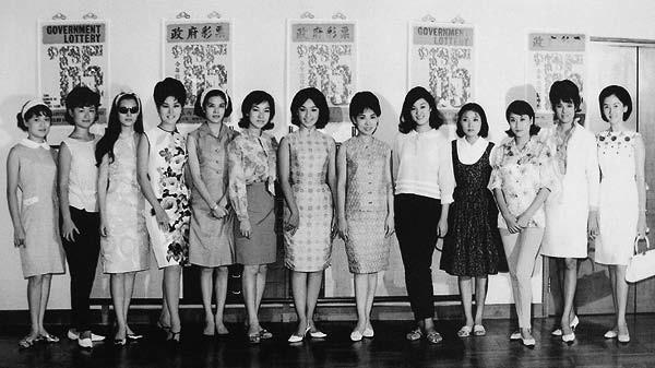上世紀六十年代,邵氏女明星們的合影。可見其時旗袍的發展深受西方連衣裙的影響。