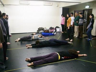 水面劇場的學員練習著翻滾