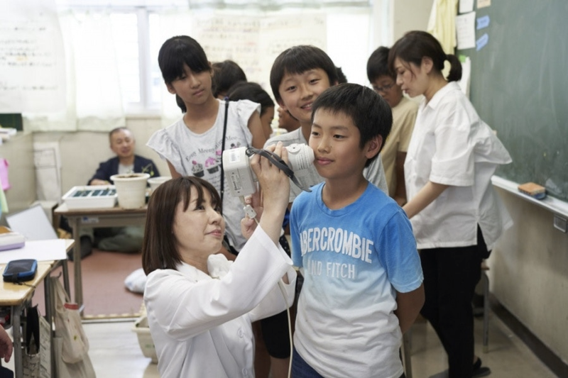 Shiseido用皮膚分析儀掃描每位小孩的皮膚,分析每個人皮膚獨特的顏色。(R/GA)
