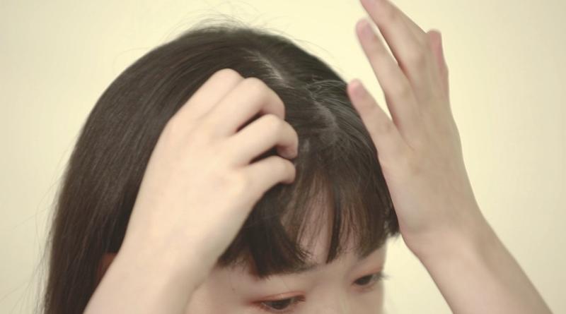 Step 3:把蜜粉分量塗抹於想要改善的頭髮位置上