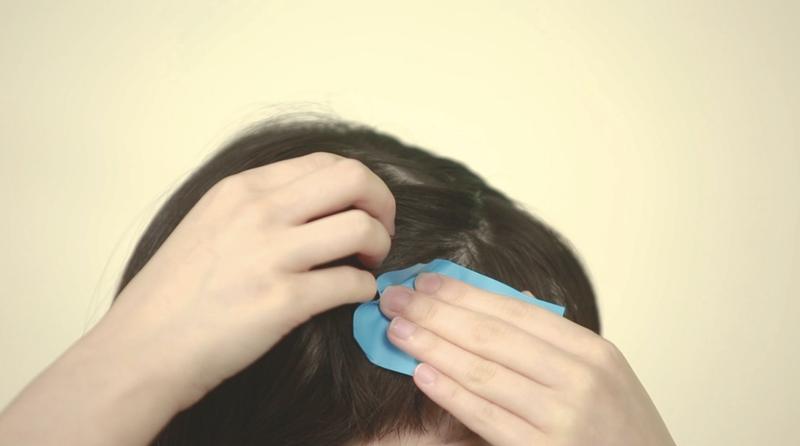 Step 1:用梳把頭髮稍作梳理,再利用吸油紙吸走頭皮油脂