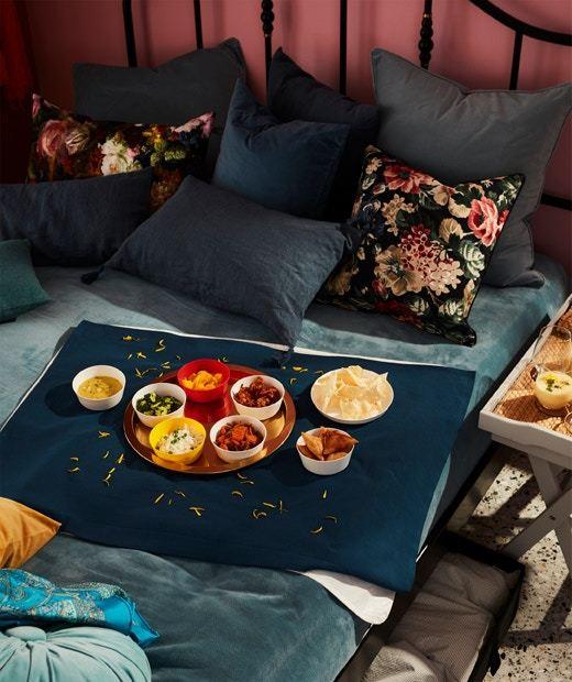 睡房的本意是休息和與戀人進行親密互動的空間,這樣的多用途睡房容易讓人分心。顯示著這類主人於親密的關係中存在負面情緒,卻透過房間中的其他物件分散注意力,讓自己能於這空間中更放鬆,情況有點像凌亂房間的主人,往往希望透過睡房中多餘的物件來逃避。(IKEA)