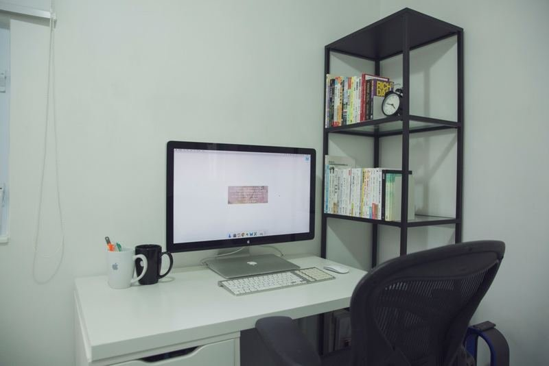 就連電腦桌面也是「空空如也」。(龔嘉盛攝)