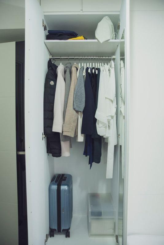 Sharon的衣服全部都是黑白灰藍色、容易搭配的長青款式。(龔嘉盛攝)