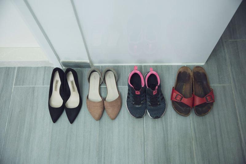 鞋也同樣,Sharon現時只有4對鞋:高跟鞋供外出開會、平底鞋供平常外出、波鞋用來做運動,而拖鞋則是「街坊裝」。(龔嘉盛攝)